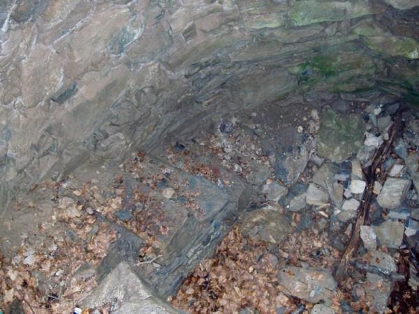 Ecomuseo Val Sanagra - Nevera Logone - sassi sporgenti dalle pareti fungono da scala a chiocciola