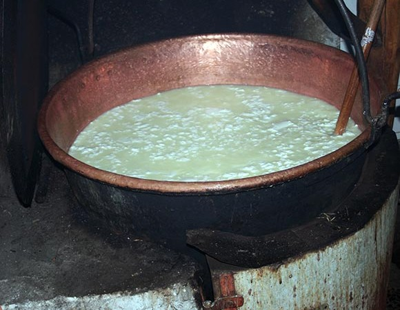 Ecomuseo Val Sanagra - Il caglio viene aggiunto al latte messo a riscaldare sul fuoco - foto: repubblica.it